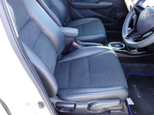 運転席はシートハイトアジャスターが付いており、ドライバーの身長や体格に合わせてシートの高さの調節が出来ます。ご夫婦で一台のお車を共有する場合など、便利な装備です。