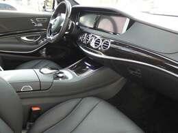 ブラックを基調とした車内にブラックポプラウッドインテリアトリムを採用!メルセデス特有の高級感を存分に堪能して頂けるインテリアになります!車内を彩るマルチカラーアンビエントライトも魅力です!