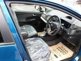 室内はもちろんハンドルやシート・エンジンルームなど隅々まで弊社の専門スタッフが一生懸命クリーニングし磨き上げました!キレイな室内で快適なドライブをお楽しみ下さい!