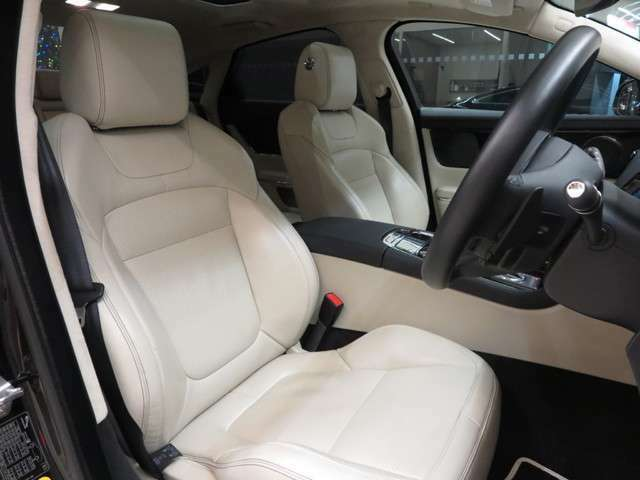 アイボリーソフトグレインパーフォレイテッドレザーを採用。インテリアは明るく開放的な車内を演出致します。また運転席は使用感もなく綺麗な状態で入庫しています。