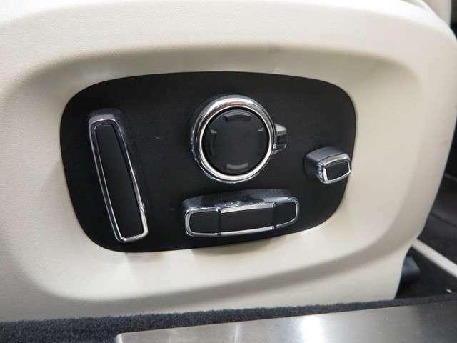フロントシートには14ウェイ電動シートを装備。ドライバーにあわせて細かく調整でき、自分好みの位置に合わせることが可能です。シートメモリーとあわせて快適にお使いいただけます。