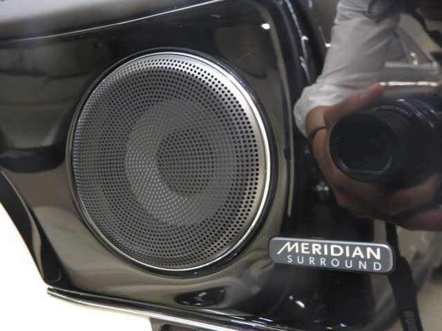 Meridianサラウンドサウンドシステム「革新的な技術を網羅したミュージックプレイヤーと綿密な計算のもと配置されたスピーカーが、臨場感あふれるライブパフォーマンスを生み出します。 」