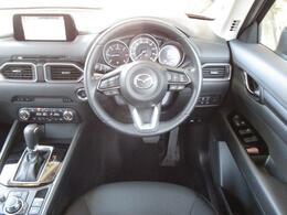 シンプルながらも高級感のあるインテリアデザイン。運転に集中できるようにこだわりを持って設計されております!