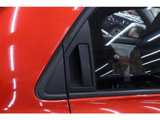 リアのドアハンドルはサッシュに収まっていてすっきりしたデザインです。