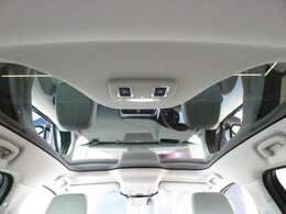 パノラミックルーフ(メーカーオプション参考価格228,000円)「後席まで広がるパノラミックルーフは遮るバーがなく、後席からもでも解放感たっぷりの仕様です。車内に明るい日差しを取り入れます。」