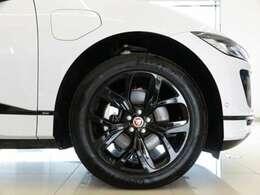 20インチスタイル5068グロスブラック(メーカーオプション参考価格136,000円)「大口径の20インチアロイホイールはボディカラーのユーロンホワイトを引き締めデザイン性の高いホイールです。」