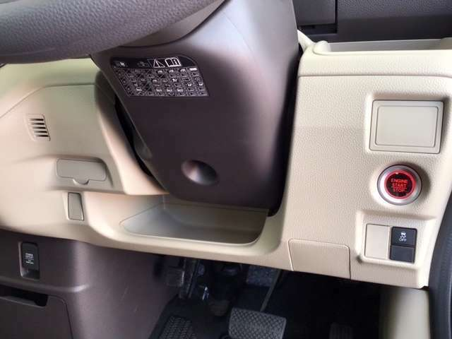 横滑りを防ぐVSAなどのスイッチは、運転席の右側、手の届きやすい位置にあります。
