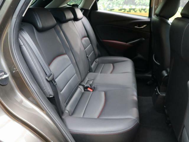 後部座席も気になるようなシートの大きなへたり等も御座いません。