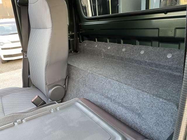 シートの後ろには収納スペース!このスペースがあるからこそリクライニング可能になります!