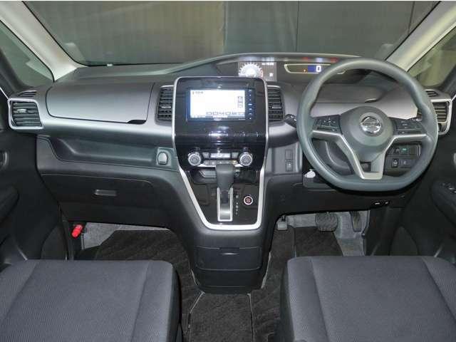 落ち着いた色使いで、すっきりとしたデザインの運転席周りです。