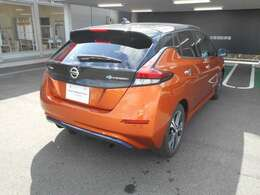 車体はオレンジでルーフはブラックのツートンカラーです。