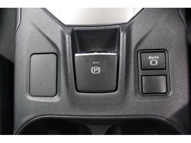 電動パーキングブレーキ採用により、センターコンソールを幅広くすることが出来、余裕のある内装を実現。