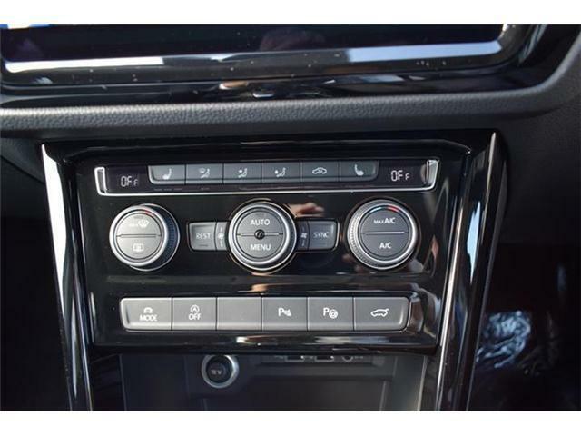 3ゾーンフルオートエアコンディショナー、シートヒーター(運転席/助手席/2列目左右)装備。ドライビングプロファイル機能、アイドリングストップ、障害物センサー、駐車支援システム、パワーテールゲート搭載。