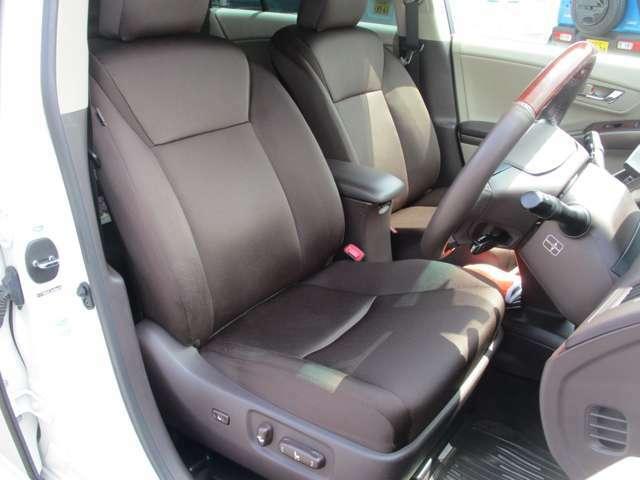 フロントシートの画像です。状態も良くゆったりお座りいただけますので運転も楽々です。