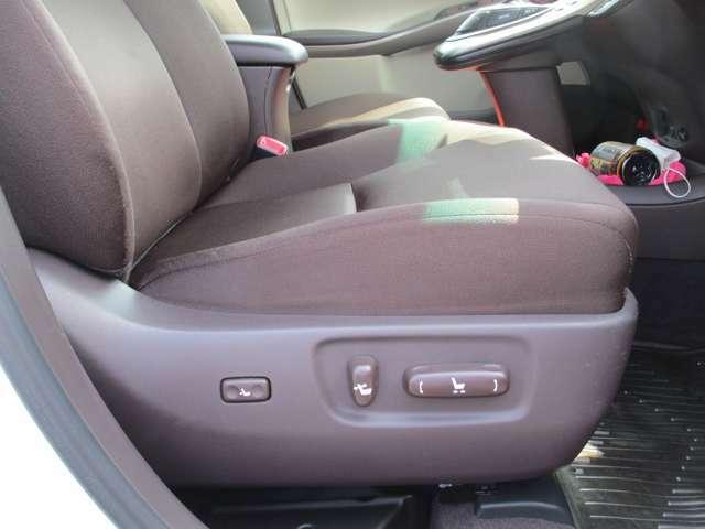 パワーシート付でシートポジションも細かく設定可能です。