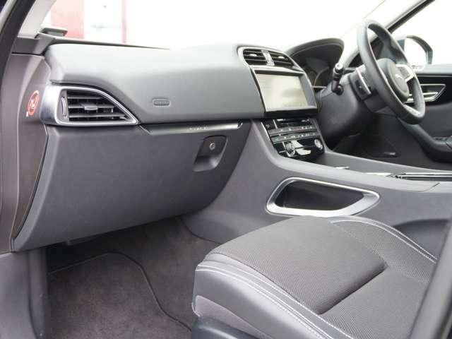 ゆったりとしたニフロントシート空間でホールド感も安心できます。