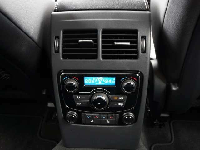 後席も左右独立エアコンでどこに座られてもお好みの温度設定が可能ですしオプションのシートヒーターも装備されており冬場も体が温まります。