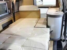 ダイネットのベッド寸法は110cmX183cm(大人2名)になります。