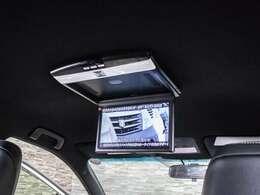 人気装備のリアモニターシステムを装着!ワイド画面のフリップダウンモニター搭載!!DVD機能もセットオプションにて完備しております。後席にお乗りになる方やお子様も快適にお過ごし頂けます!!