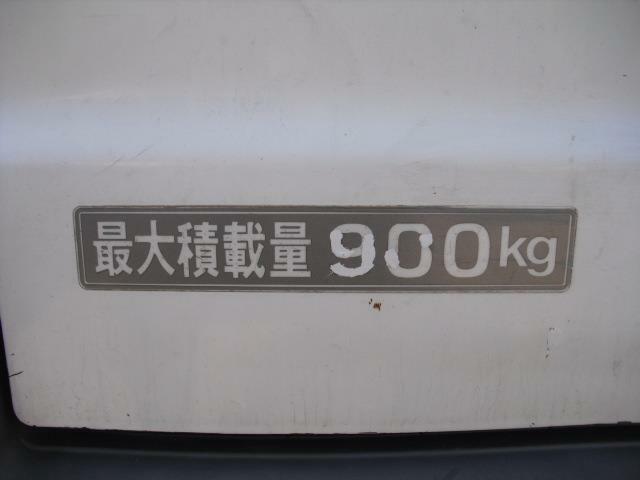 積載量は1tを切りますが小型バンとしては充分な積載量です