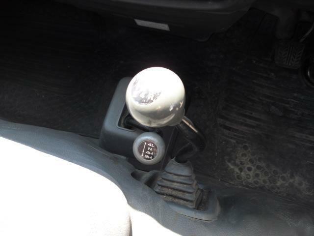 オートマ車はコラム位置のシフトチェンジレバーですが、MT車は座席とフロア間の側面にセット操作しにくくはありませんが独特のシフト感です