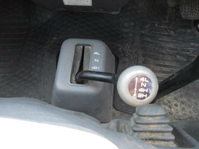 副変速機レバーはフロアに直置き床スペースは削られますが、ダイレクトな操作感です