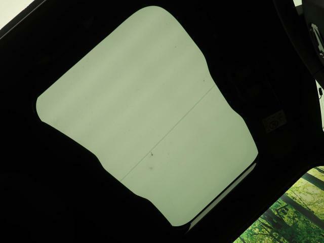 解放感溢れる【ガラスルーフ】☆車内には太陽の穏やかな光が差し込みます☆