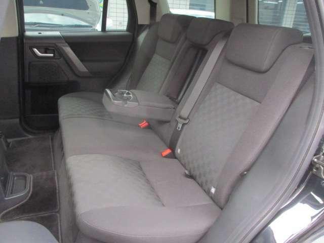 後席のシートは座面も大きく座り心地も良好です♪使用感の少ない清潔感のある車内になっております♪汚れがちなフットマットもキレイな状態です♪中央部の背もたれを倒せば肘置きが装備されております♪