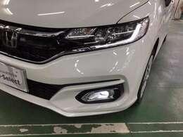 インラインタイプのヘッドライトはスモールライト点灯時にLEDのシャープなライン発光でFITの個性を主張します。