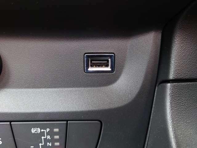 USB入力対応。タッチスクリーンでAppleCarPlayやAndroidAuto操作も可能です。