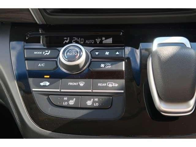 フルオートエアコンと運転席助手席はシートヒーターも装備されています
