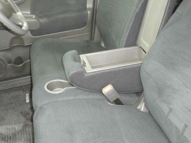 前席シートにはアームレスト間小物入れがあります。