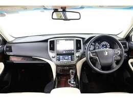 レザー×木目調の落ち着いた雰囲気で、高級感あるステアリング廻りです。本革ステアリングはヒーター機能付。手のひらから温めるので、冬のドライブも快適です。