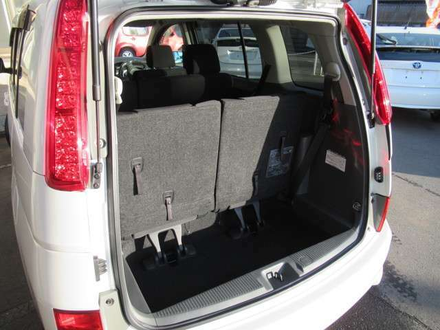 後列シートを倒さなくても荷物を載せるスペースは確保されています◇