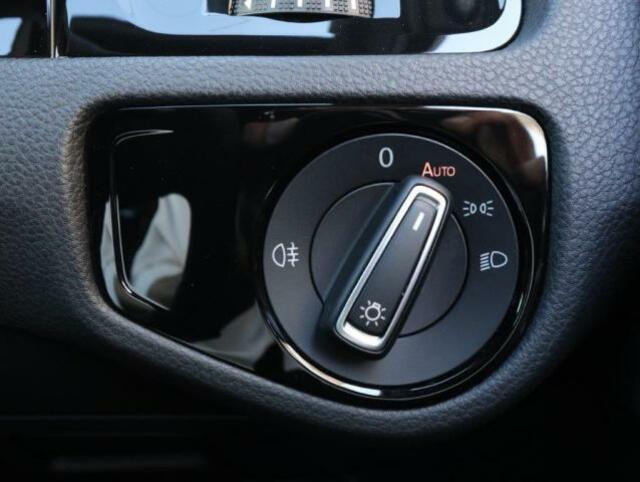 直感的な操作が可能なダイヤル式のヘッドライトスイッチ。オートライト機能付きで夕刻やトンネルが続く道路でも手を煩わせません。