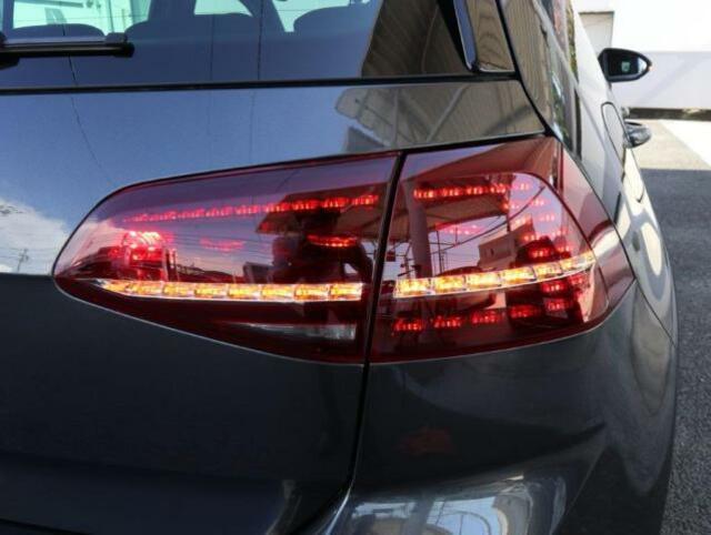 後続車からの視認性に優れるLEDダークテールランプ。