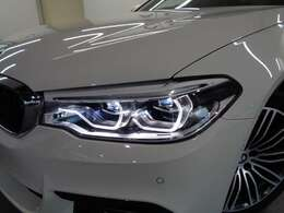 対向車や歩行者の眩惑を防止する「BMWセレクティブビーム」や「コーナリングライト」などが組み合わされた「アダプティブLEDヘッドライト」!