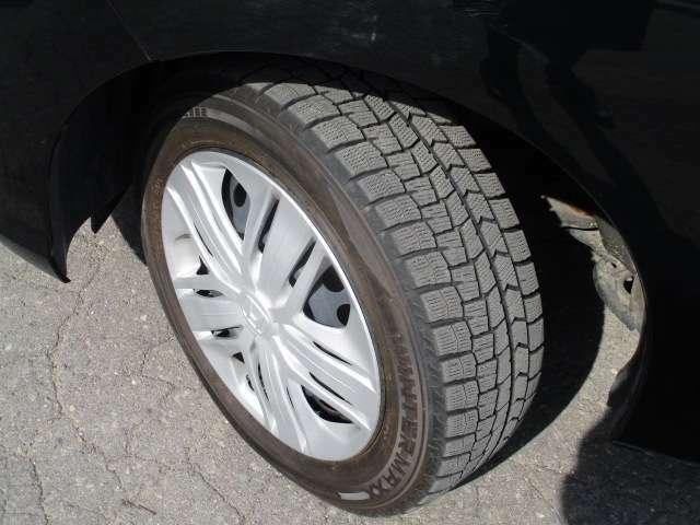 タイヤサイズは、185/60R15です。