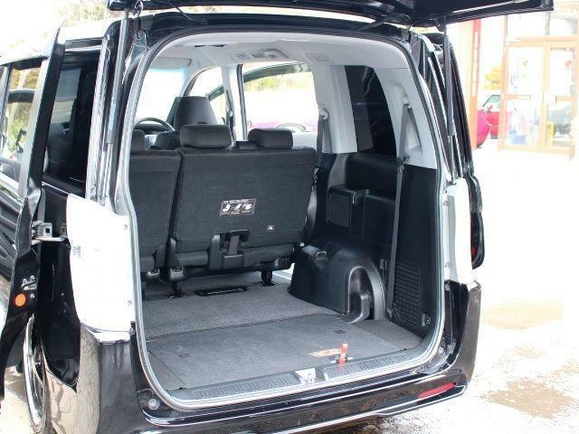 このモデルのステップワゴンからサードシートは下部にキレイに収納されてフラットになるのが嬉しいです♪大きな荷物もラクラク積めますよ♪