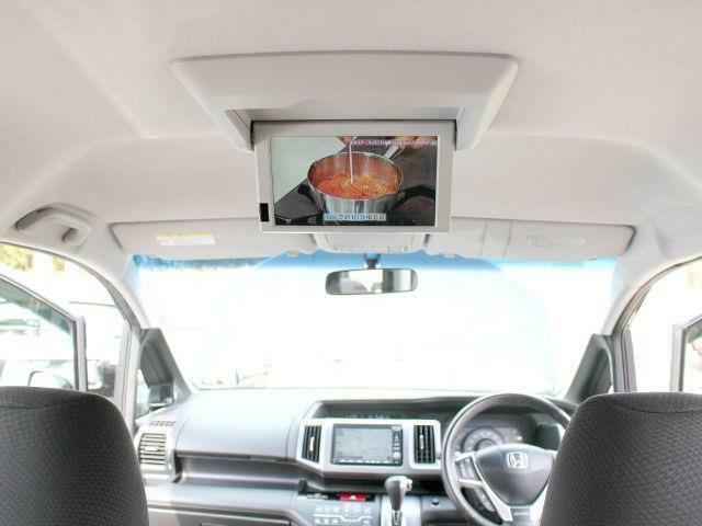純正のリアエンターテインメントシステム(フリップダウンモニター)も装備。後席の方もキレイな映像を視聴可能です。退屈することなく過ごせます。