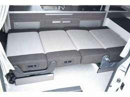 ダイネットのベッド展開も簡単に行えます!ベッド寸法は190CM×90CMとなっております☆
