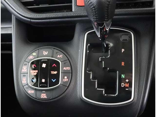 デュアルオートエアコンなので運転席と助手席で個別に温度設定が可能です。