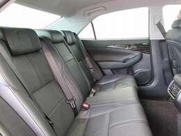 足元やひざまわりスペースにゆとりをもたせて、快適な後席空間を実現しています。