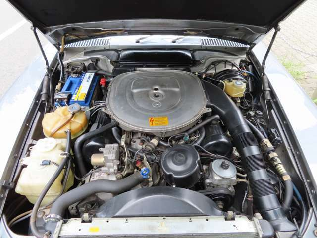 正規ディーラー車560SLよりも出力の高い500SLエンジン。並行車にしか設定が御座いません。
