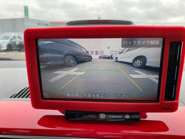 リヤビューカメラが装備されています。画面の中の、リヤカメラの切り替えを触れて、画像に表示させます。