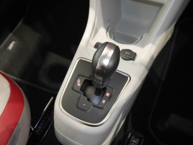 シフトのポジションはDNRの3つで、ドライバーはいつでもマニュアルシフトモードに切り替えることが出来ます。Dモードでは、燃費効率の面で最適なギアと変速ポイントを自動的に選択し、マニュアル仕様よりも良い