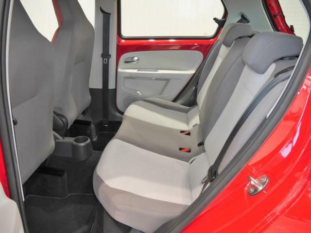 後席では前席よりも高めたヒップポイントにより、前方視界を確保。広い頭上空間の他、ニースペースも十分に取られているため、ストレスなく座れます。