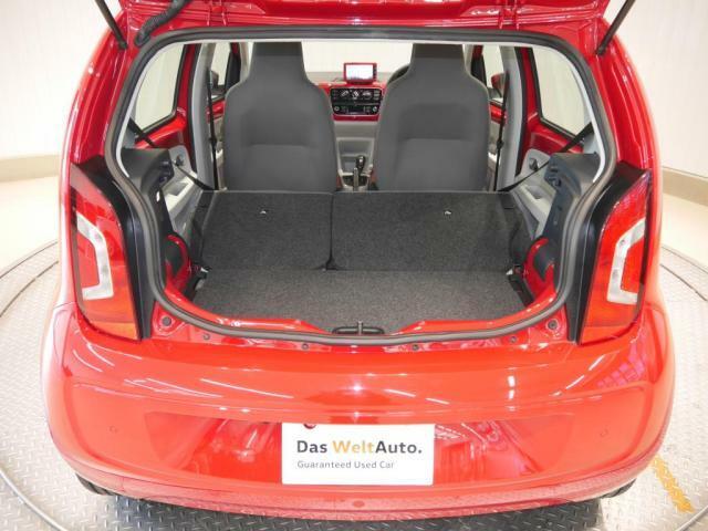 通常251リットル、後席を畳んだ状態で951リットルの容量を確保。荷室のフロア高を2段階に調整できるバリアブルカーゴフロアを用意。後席を畳んだ時にフロアがほぼ一面になる広いカーゴエリアが得られます。