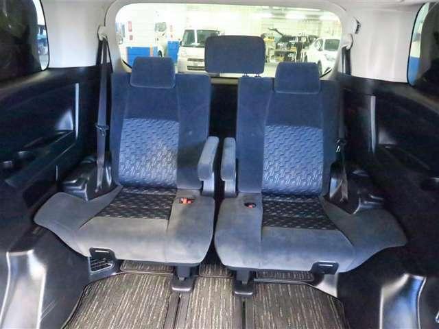 ゆったりと座れるサードシートで、便利な5:5分割式で、乗車人数・荷物の量によりシートアレンジ可能です。
