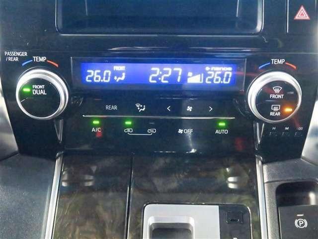 自動的に前後左右席を独立して温度コントロールするオートエアコンを採用.